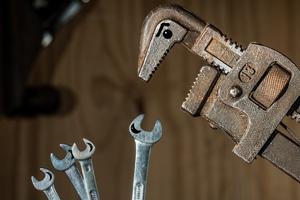 מפתח ברגים מאיים על כלים אחרים. מתונה מלווה לפוסט