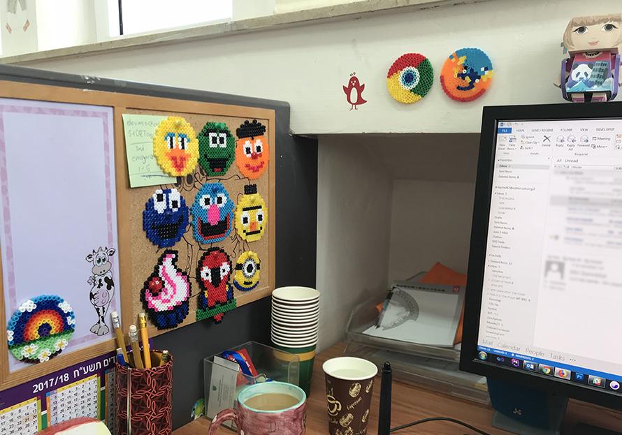 שולחן עבודה עם מחשב, קפה ולוח הודעות